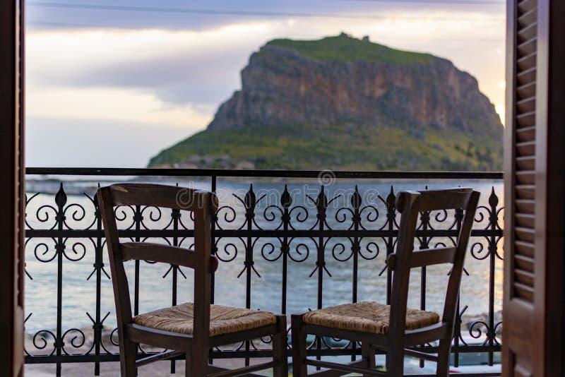 Fortezza antica protettiva sulla roccia Monemvasia, vista dell'isola dal continente alla notte, tesori del Peloponneso, Grecia fotografie stock