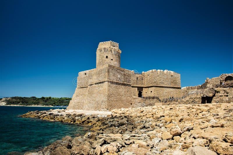 Fortezza Aragonese, Le Castella - Calabria - Itália Península, torre imagens de stock