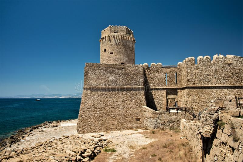 Fortezza Aragonese, Le Castella - Calabria - Italien Halvö torn arkivbilder