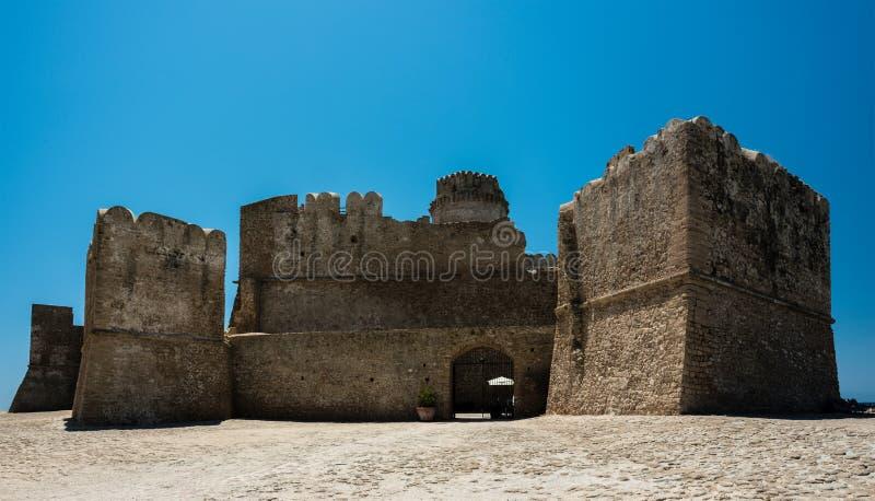 Fortezza Aragonese, Le Castella - Calabria - Italien Halvö torn fotografering för bildbyråer
