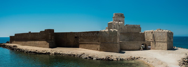 Fortezza Aragonese, Le Castella - Calabria - Italien Halvö torn royaltyfria bilder