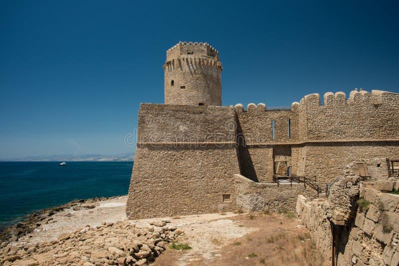 Fortezza Aragonese, Le Castella - Calabria - Italien Halvö torn arkivfoton