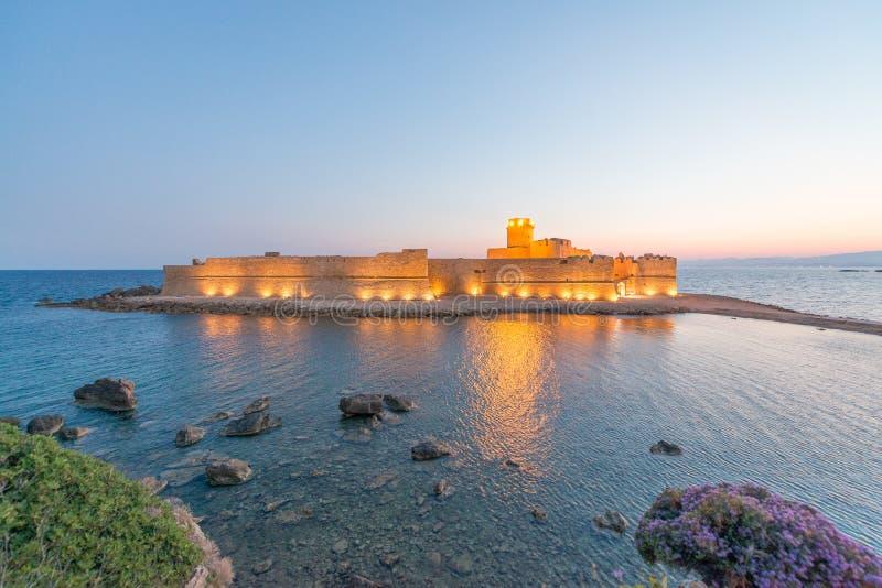 Fortezza Aragoneseat natt, Le Castella - Calabria - Italien arkivbild