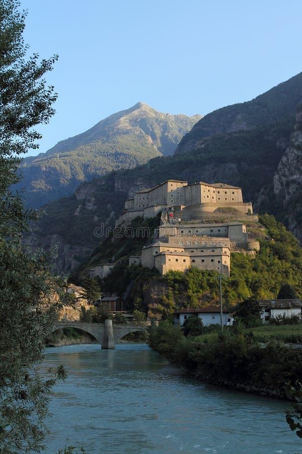 Fortezza del bardo nella valle d'Aosta fotografia stock