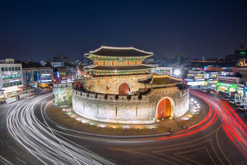 Fortezza di Hwaseong e luce dell'automobile a Suwon fotografia stock libera da diritti