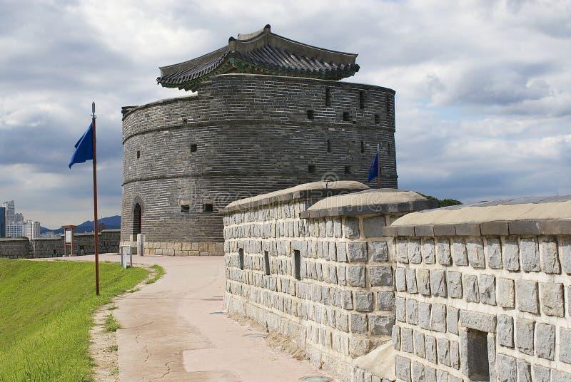Fortezza di Hwaseong ((parete esterna e torre della fortezza brillante) a Suwon, Corea del Sud immagini stock libere da diritti