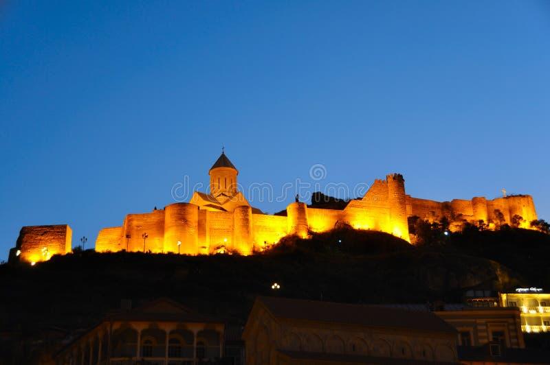 Fortezza di Narikala alla notte, Tibilisi Georgia immagini stock libere da diritti