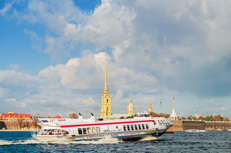 Fortezza di Paul e di Peter e aliscafo turistico della meteora che galleggiano sul fiume in San Pietroburgo, Russia di Neva immagine stock libera da diritti