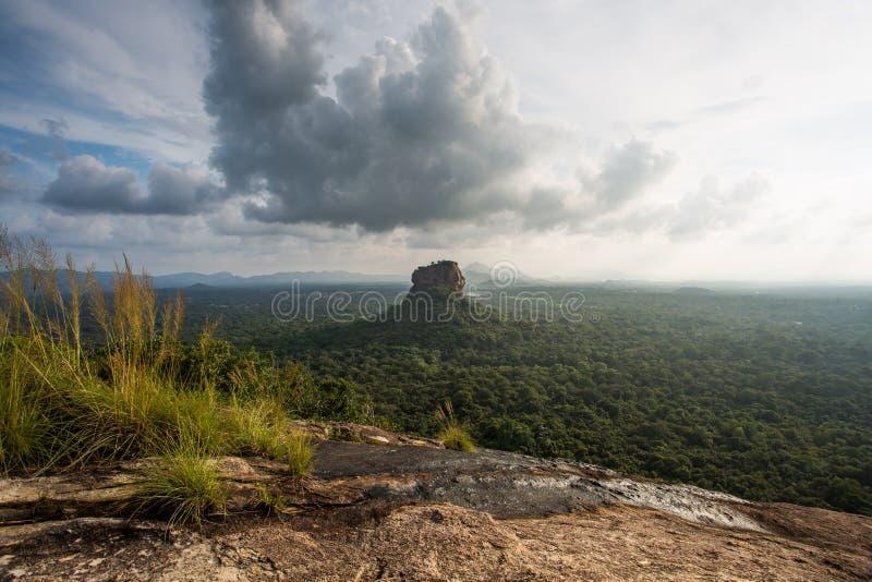 Fortezza di Sigiriya Lion Rock, vista da Pidurangala, Sri Lanka fotografia stock libera da diritti