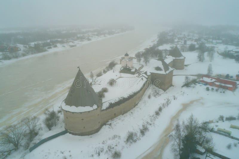 Fortezza di Staraya Ladoga, rilevamento aereo di giorno di febbraio Staraya Ladoga, Russia fotografia stock
