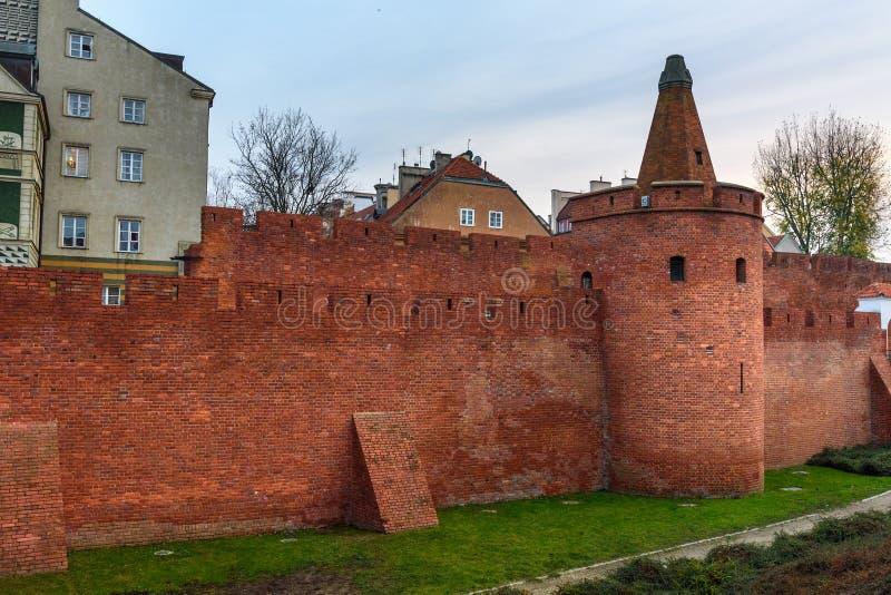 Fortezza e muro di cinta del barbacane di Varsavia in vecchia città di Varsavia poland immagini stock