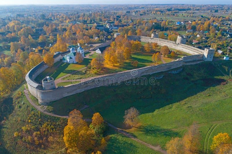 Fortezza medievale di Izborsk nel rilevamento aereo del paesaggio di autunno Vecchio Izborsk, Russia immagini stock