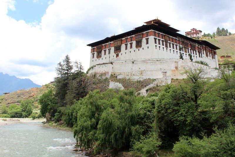 Fortezza in valle di Paro nel Bhutan fotografia stock libera da diritti