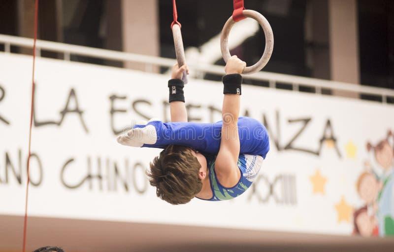 Fortfarande ?var cirklar idrottsman nengymnasten till konkurrens i gymnastik fotografering för bildbyråer