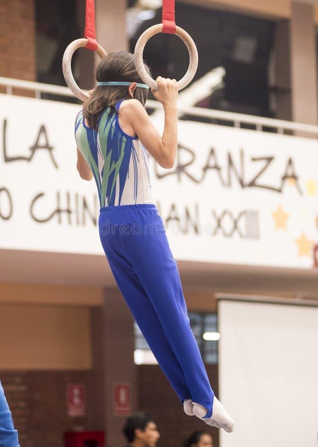 Fortfarande ?var cirklar idrottsman nengymnasten till konkurrens i gymnastik arkivfoto