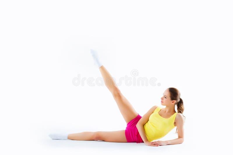 Forti abbastanza sportivi dimagriscono e misura la seduta della giovane donna, facente lo spl immagine stock libera da diritti