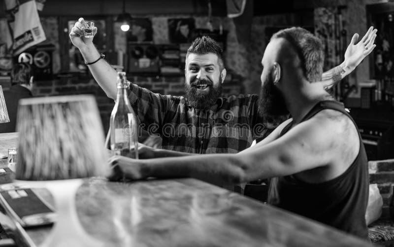 Forti bevande dell'alcool Cento zloty polacchi in un vetro Amici che si rilassano nel pub Rilassamento potabile uomini a divertir fotografie stock libere da diritti