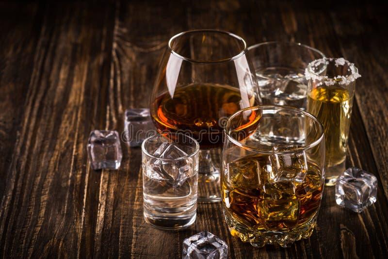 Forti bevande dell'alcool - whiskey, cognac, vodka, rum, tequila immagini stock