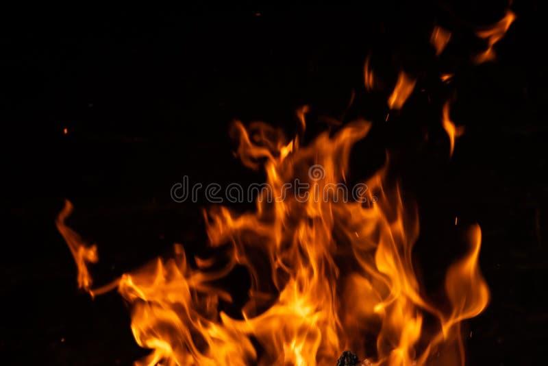 Forti fiamme del fuoco sul nero fotografia stock libera da diritti