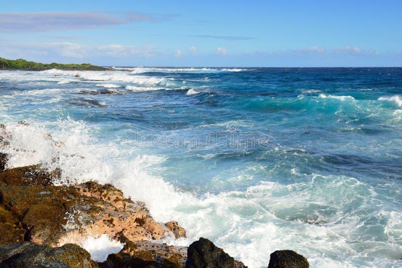 Forti onde che precipitano alla riva di grande isola delle Hawai immagini stock libere da diritti