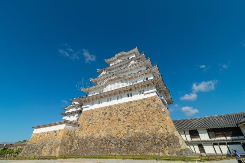 Fortificação do castelo de Himeji contra céus azuis em Himeji, Hyogo foto de stock