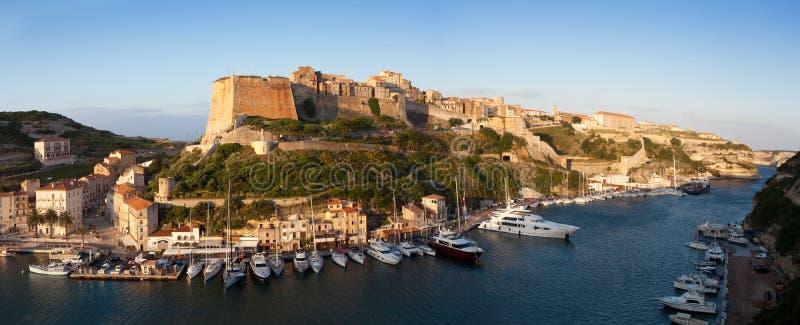 Fortificações de Bonifacio e porto, Córsega, França foto de stock
