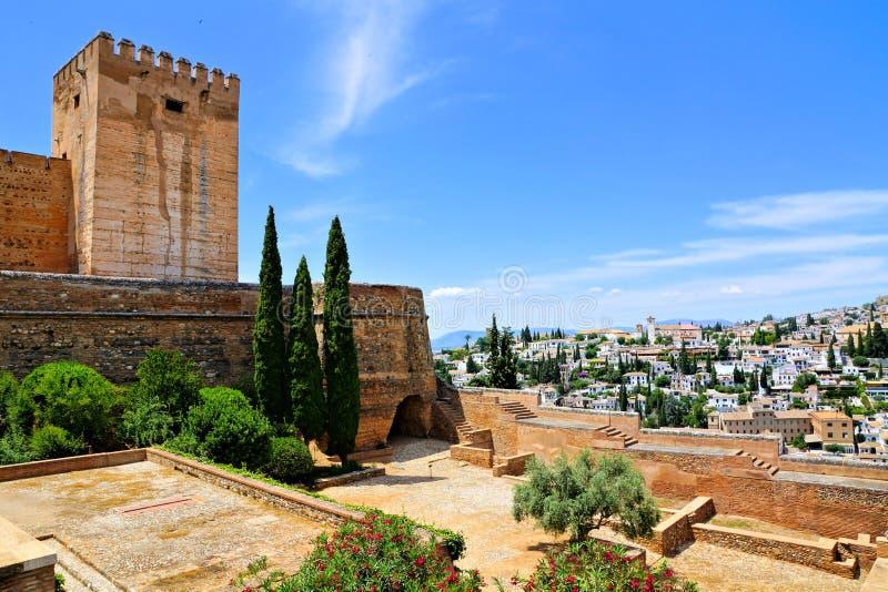 Fortificações do Alhambra com opiniões da cidade, Granada, Espanha imagem de stock royalty free