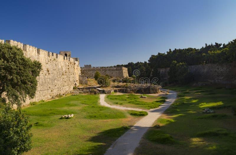 Fortificações e ameias da cidade medieval, o Rodes foto de stock royalty free
