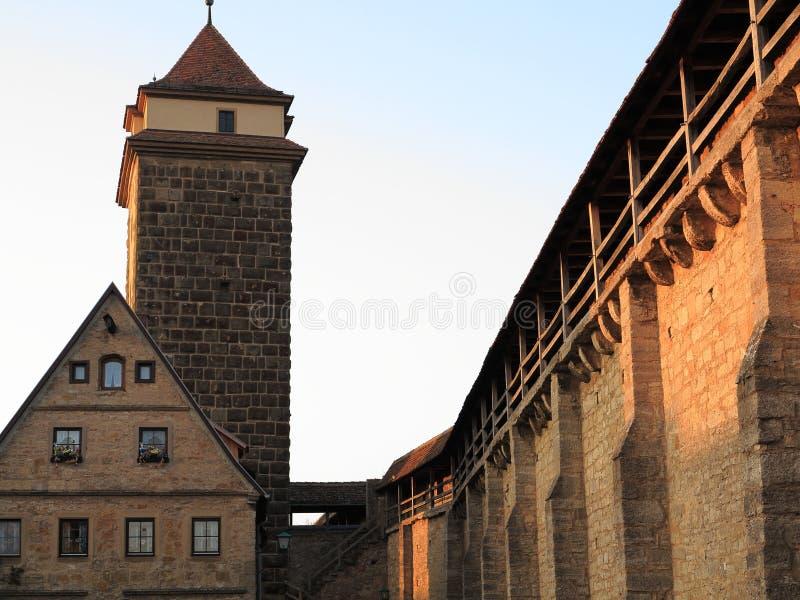 Fortification de ville médiévale au coucher du soleil images libres de droits
