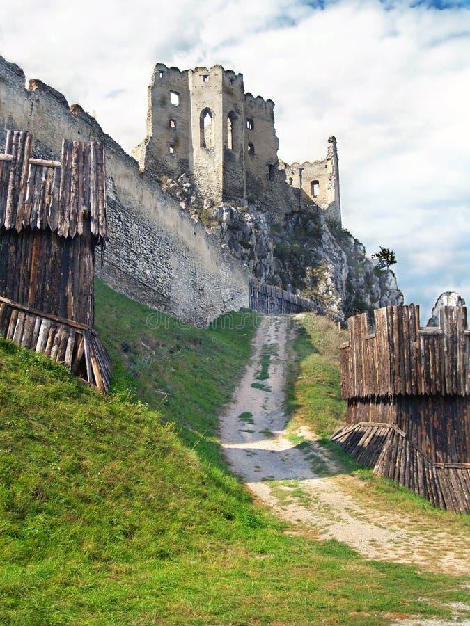 Fortification e chappel do castelo de Beckov fotografia de stock