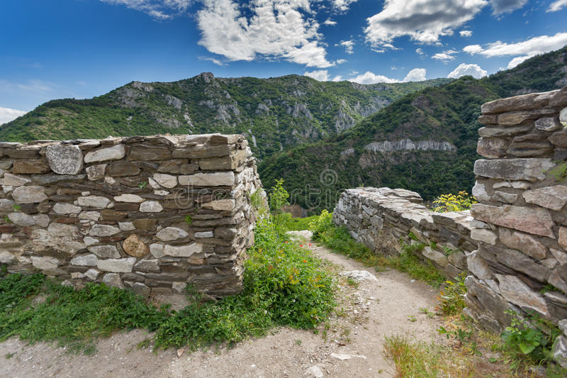Fortification médiévale de forteresse du ` s d'Asen, Asenovgrad, Bulgarie photo libre de droits