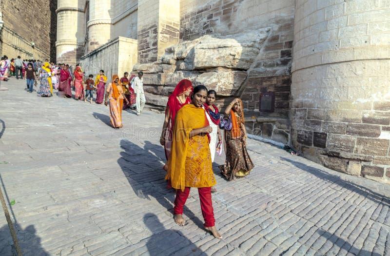 Fortificazione del meherangarh di visita della gente - fotografie stock libere da diritti