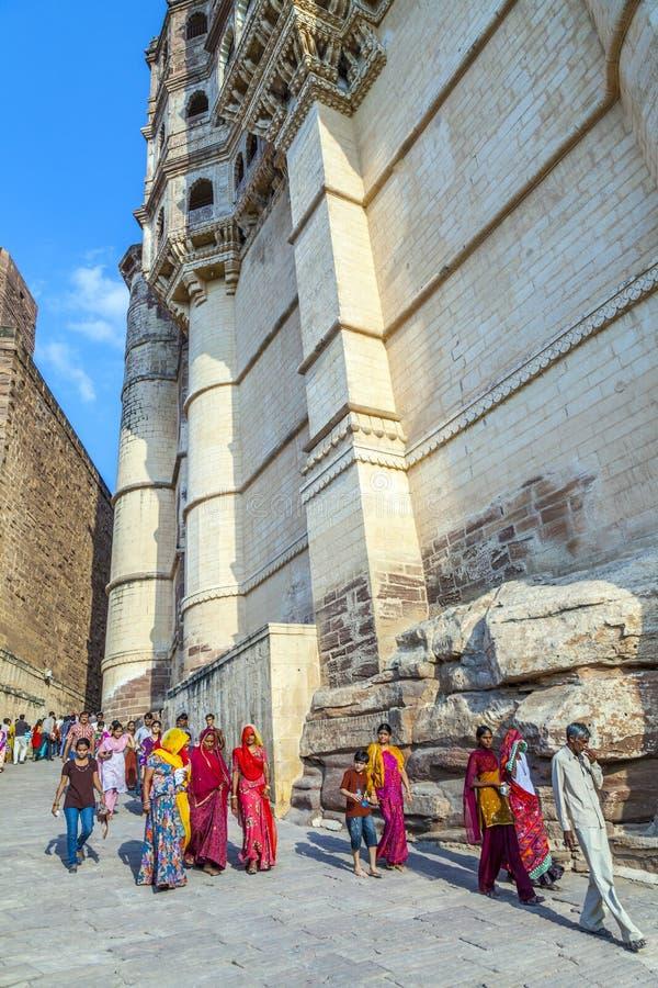 Fortificazione del meherangarh di visita della gente - immagini stock libere da diritti