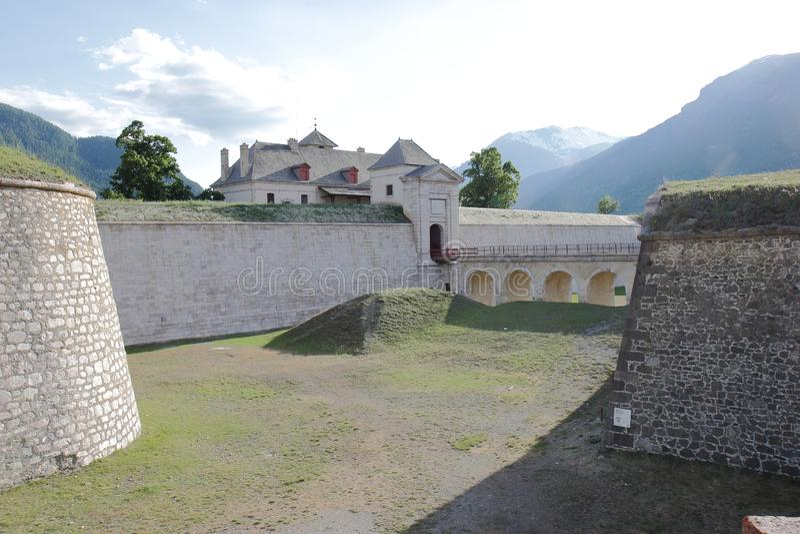 Fortificazione del Mont-delfino nelle Hautes-Alpes francesi immagini stock libere da diritti