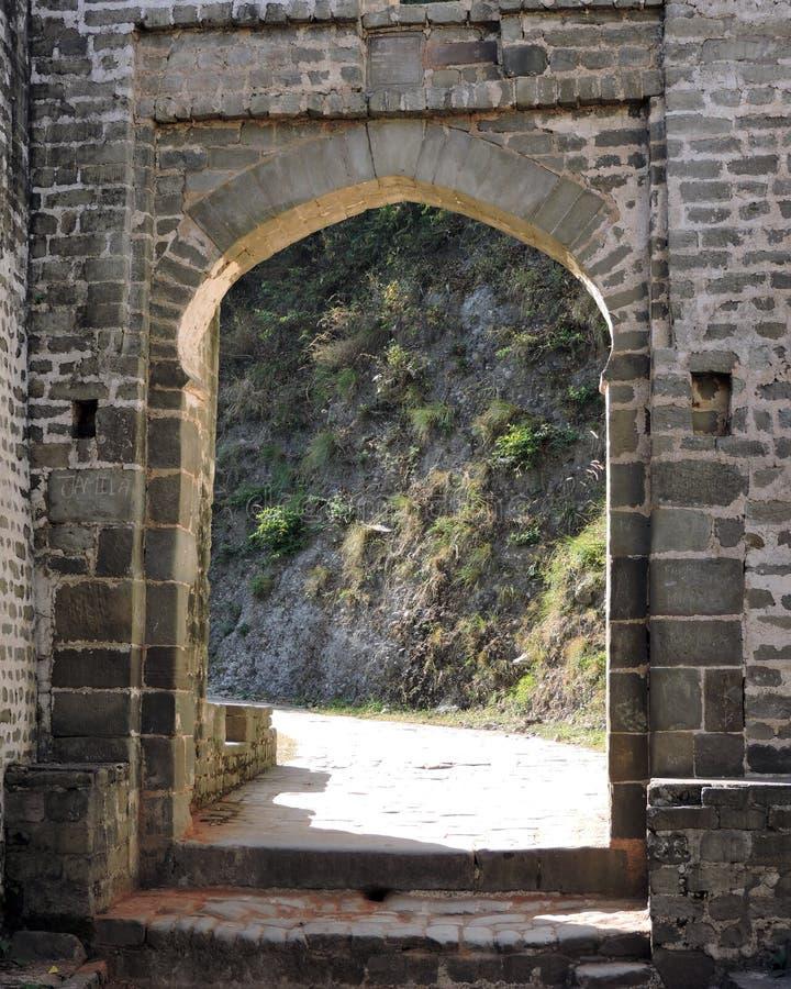 Fortificazione di Kangra della porta incurvata esterno di architettura dell'India immagine stock