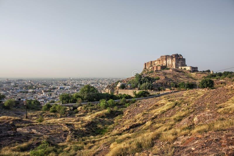 Fortificazione di Mehrangarh a Jodhpur Ragiastan con la vista della città s di Jodhpur immagine stock libera da diritti