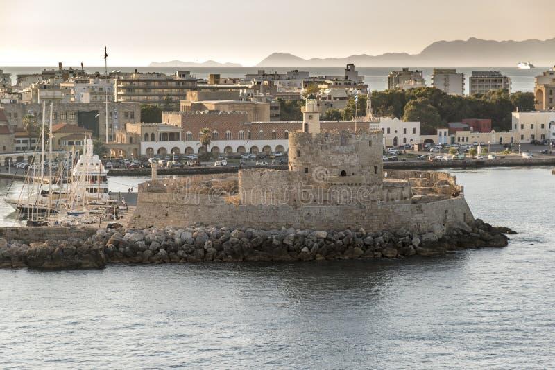 Fortificazione di San Nicola all'entrata al vecchio porto di Rodi immagine stock libera da diritti