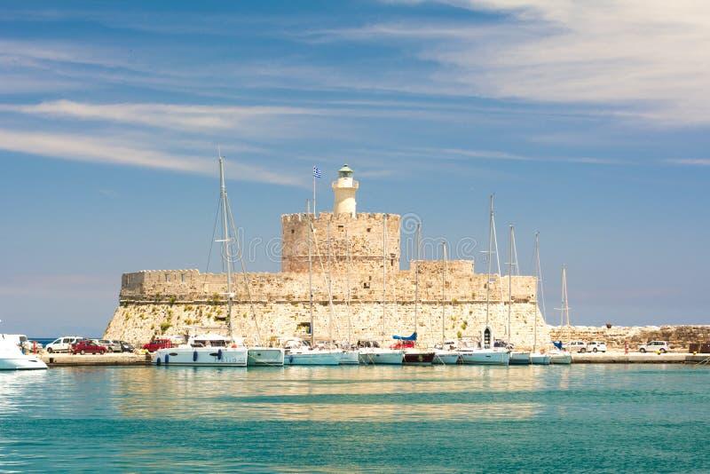 Fortificazione di San Nicola con il faro nel porto di Mandaki, Rodi, Grecia fotografia stock