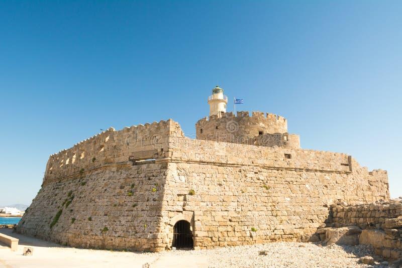 Fortificazione di San Nicola con il faro nel porto di Mandaki, Rodi, Grecia immagine stock