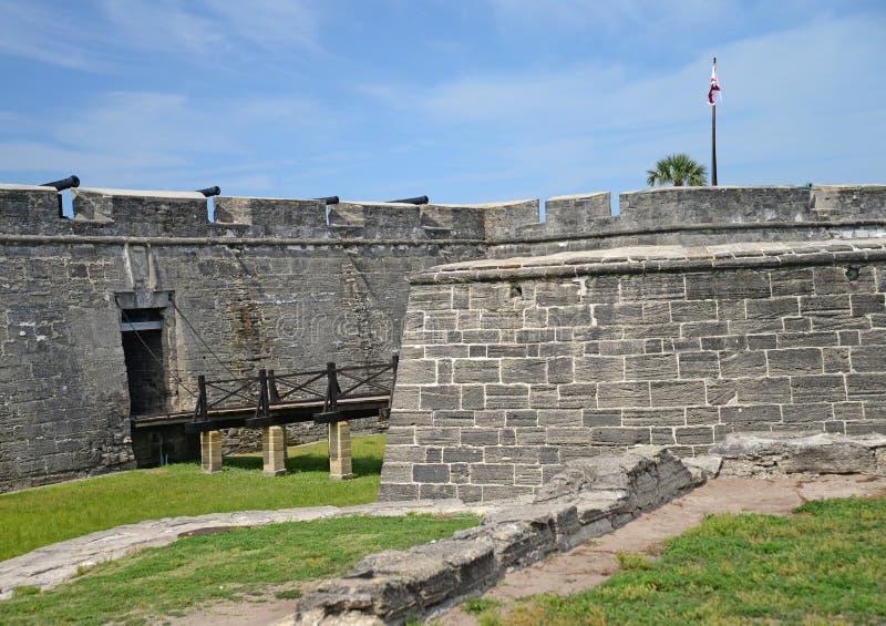 Fortificazione di St Augustine con il fossato ed il ponte mobile fotografia stock libera da diritti