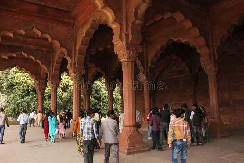Fortificazione e turisti rossi anziani di Delhi fotografia stock libera da diritti
