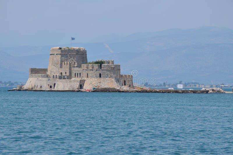 Fortificazione piacevole in mezzo al mare nella città di Nauplio Architettura, viaggio, paesaggi, crociere fotografia stock libera da diritti