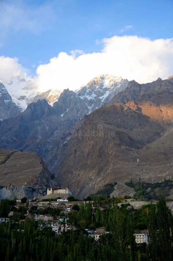Fortificazione ristabilita di Baltit fra le montagne in Karmibad Hunza Gulgit-Baltistan Pakistan del Nord immagini stock libere da diritti