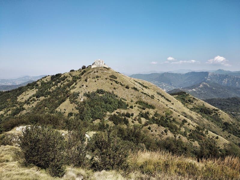 Fortificazione su una collina in Liguria, Italia fotografia stock