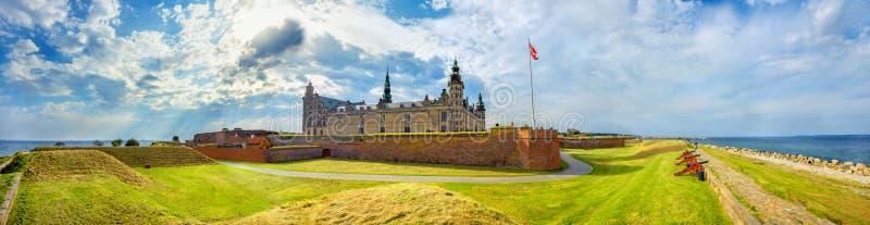 Fortificazioni con i cannoni e le pareti della fortezza nel castello del castello di Kronborg di Amleto Helsingor, Danimarca immagine stock