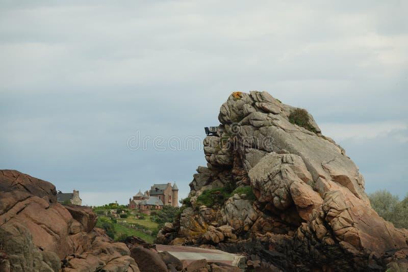 Fortifichi dietro la grande roccia su Ile de brehat in Bretagna immagine stock