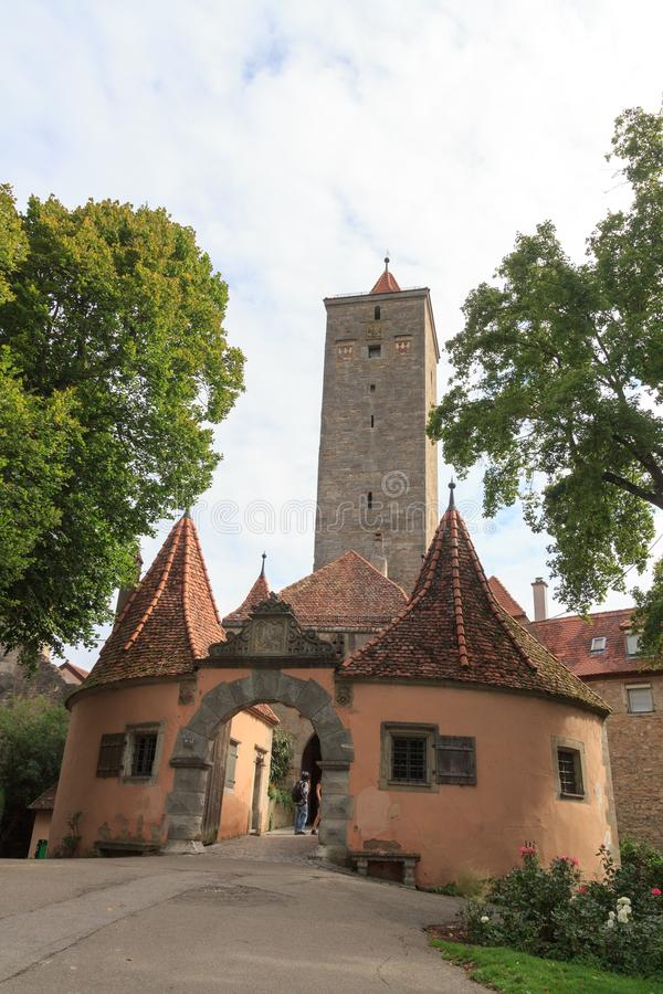 Fortifichi il portone e la torre nel vecchio der medievale Tauber del ob di Rothenburg della città fotografia stock libera da diritti