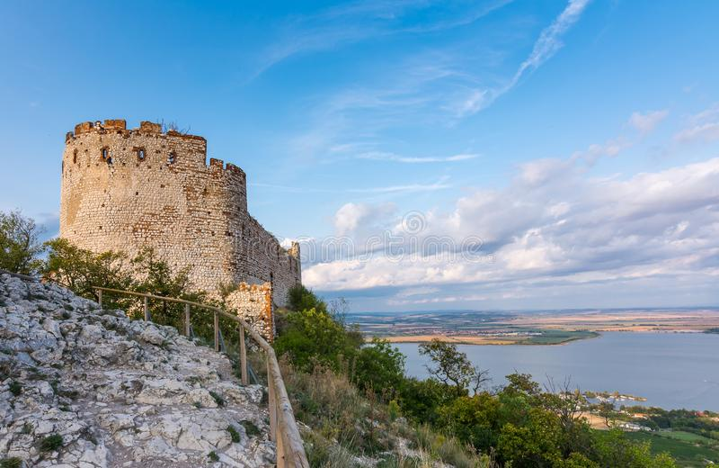 Fortifichi in Palava, repubblica Ceca, rovine della parete, panorama del paesaggio del villaggio vicino fotografia stock libera da diritti