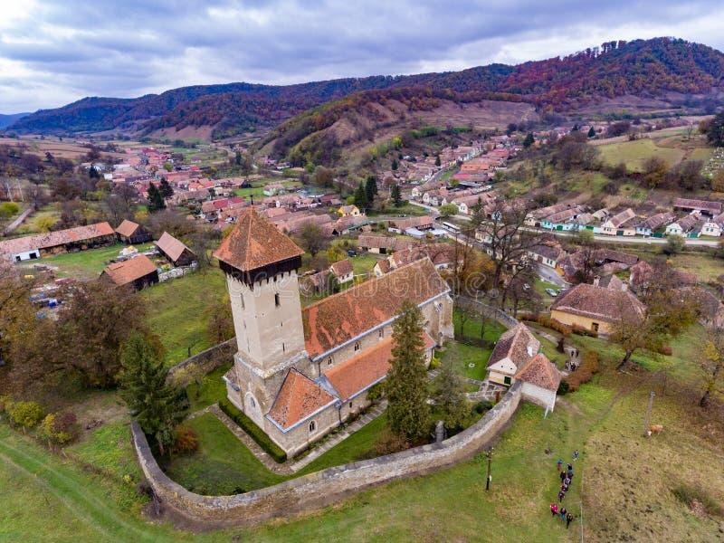 Fortified murou a igreja na vila saxona tradicional Malancr fotografia de stock