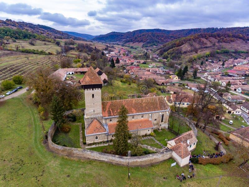 Fortified walled kyrkan i den traditionella saxonbyn Malancr royaltyfria foton